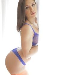 Эротическое фото голой девушки с волосатой киской