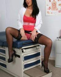 Голая медсестра с большими сиськами показывает прелести