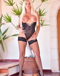 Блондинка с сочной попой и грудью в красивом белье