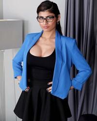 Экзотическая красотка Mia Khalifa сняла черное платье и показала голое тело