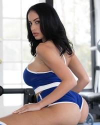 Фото голой фитоняшки с большою грудью в спортзале