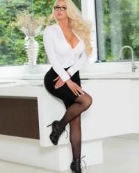 Грудастая секретарша Nicolette Shea в черных чулках