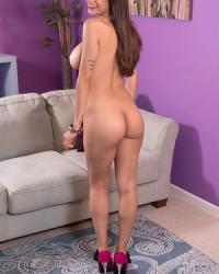 Грудастая модель Mia Khalifa раздевается догола и показывает сиськи