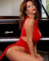 Зрелая дама в шикарном красном платье