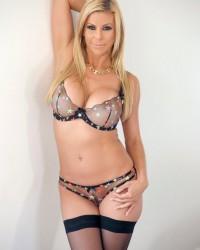 Сексуальные фото зрелой Alexis Fawx в чулках
