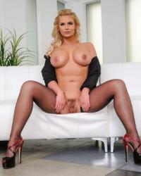 Пышная бизнес вумен Phoenix Marie показала грудь