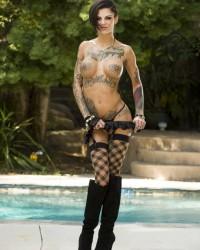 Красивая голая девушка Bonnie Rotten с татуировками